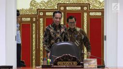 Presiden Jokowi saat akan memimpin Rapat Terbatas Evaluasi Proyek Strategis Nasional, Jakarta, Senin (16/4). Jokowi mengimbau para menterinya untuk meningkatkan nilai tambah bagi perekonomian daerah dan menekan ketimpangan. (Liputan6.com/Angga Yuniar)