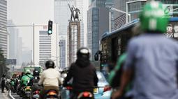 Patung Selamat Datang Bundaran HI terlihat di jalan MH. Thamrin, Jakarta, Rabu (1/8). Anies menilai, adanya JPO menghalangi Patung Selamat Datang yang filosofinya untuk menyambut tamu manca negara saat Asian Games 1962 lalu. (Liputan6.com/Faizal Fanani)