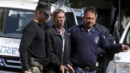 Seif Eldin Mustafa saat digelandang petugas kepolisian untuk dibawa ke pengadilan di Larnaca, Siprus, Rabu (30/3). Aksi nekat Mustafa hingga membajak EgyptAir masih diselidiki petugas. (REUTERS/Yiannis Kourtoglou)