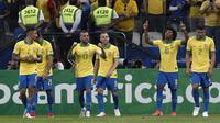 Pemain Timnas Brasil merayakan gol yang dicetak Willian dalam kemenangan 5-0 atas Peru di laga terakhir Grup A Copa America 2019, Minggu (23/6/2019) dini hari WIB. (AFP/Miguel SCHINCARIOL)