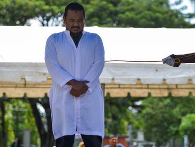 Manajer hotel, Firman Syahaputra (34) mendapat hukum cambuk setelah tertangkap mesum di Banda Aceh, Senin (29/10). Firman dicambuk karena terbukti melakukan mesum dengan karyawati bernama Nur Fadilah (21). (Chaideer Mahyuddin/AFP)