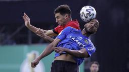 Pemain Bayer Leverkusen, Lucas Alario, duel udara dengan pemain FC Saarbruecken, Bone Uaferro,  pada laga Piala Jerman di di Stadion Hermann Neuberger, Voelklingen, Selasa (9/6/2020). Bayer Leverkusen menang 3-0 atas FC Saarbruecken. (AP/Ronald Wittek)