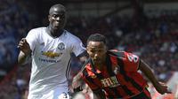 Bek Manchester United, Eric Bailly, menahan laju gerakan pemain Bournemouth, Callum Wilson pada laga Liga Premier Inggris di Stadion Vitality, Bournemouth, Minggu (14/8/2016). MU menang 3-1 atas Bournemouth. (Reuters/Hannah McKay)