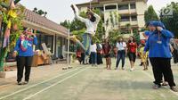 Seorang anak bermain permainan tradisional lompat tali di RPTRA Melati Duri Pulo, Jakarta, Sabtu (13/10). Traditional Games Returns (TGR) mengampanyekan permainan tradisional Indonesia untuk membangkitkan eksistensinya. (Liputan6.com/Herman Zakharia)
