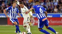 Bek Real Madrid, Sergio Ramos (tengah), beraksi pada laga melawan Deportivo Alaves di Stadion Mendizorroza, Sabtu (6/10/2018). (AFP/Ander Gillenea)