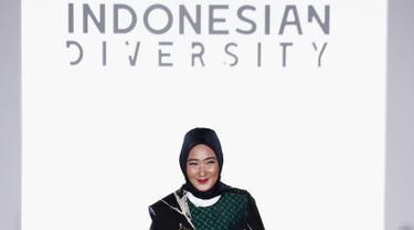 Desainer asal Indonesia, Dian Pelangi berjalan di atas catwalk sebelum mempresentasikan karyanya di New York Fashion Week 2017 di The Dream Downtown Hotel, New York, AS (7/9). (Brian Ach/Getty Images for Indonesian Diversity/AFP)