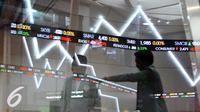 Pengunjung memperhatikan layar indeks harga saham gabungan di Bursa Efek Indonesia, Jakarta, Kamis (10/11). Indeks harga saham gabungan (IHSG) Kamis, 10 November 2016 naik 36,46 poin atau 0,67 persen ke level 5.450,78. (Liputan6.com/Angga Yuniar)