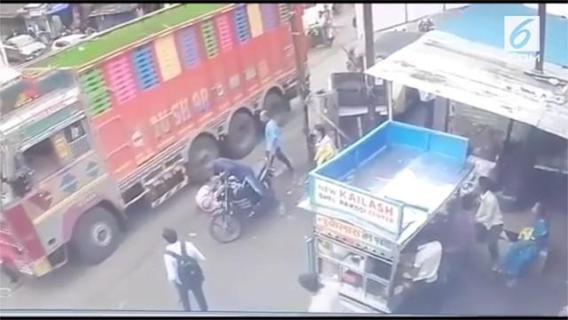 Seorang polisi menyelamatkan nyawa seorang pria tua yang ditabrak truk. Insiden ini terjadi di kota Raigad, India.