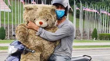 Tak Mampu Beli, Kisah Haru Pria Pungut Boneka di Tempat Sampah Demi Anaknya