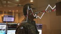 Pengunjung melintas di dekat monitor perkembangan saham di Bursa Efek Indonesia, Jakarta, Senin (4/1/2016). Mengawali pembukaan perdagangan bursa 2016, IHSG menguat tipis 0,24 persen atau 10,80 poin di angka 4.580,17. (Liputan6.com/Angga Yuniar)