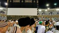 Umat muslim berjalan mengelilingi bangunan Kakbah di Masjidil Haram, Mekah, Arab Saudi, Jumat (17/8). Bangunan Kakbah dibungkus kain berwarna hitam yang disebut kiswah. (AP Photo/ Dar Yasin)