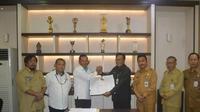 Bupati Gresik Sambari Halim Radianto dan General Manager PJB Gresik Ompang Rezki Hasibuan teken kesepahaman bersama untuk pembangunan gardu suling (Foto: Liputan6.com/Dian Kurniawan)
