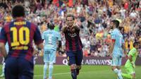 Gelandang Barcelona, Ivan Rakitic (tengah), merayakan golnya ke gawang Granada di Stadion Camp Nou, (27/9/2014). Barcelona unggul enam gol tanpa balas atas Granada. (AFP PHOTO/Josep Lago)