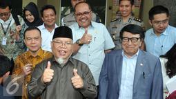 Ketua MKD, Surahman menyapa awak media usai bertemu Kapolda di Jakarta, Senin (1/3). Tujuan MKD mengklarifikasi penahanan terhadap anggota Komisi IV dari Fraksi PPP Fanny Safriansyah atau Ivan Haz. (Liputan6.com/Johan Tallo)