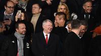Mantan manajer Manchester United, Sir Alex Ferguson, bersama pemilik Manchester United, Ed Woodward, di Parc des Princes saat laga PSG vs MU di leg kedua 16 besar Liga Champions 2018-2019 (7/3/2019). (AFP/Franck Fife)