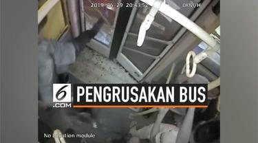 Seorang pria kesal karena bus yang ditumpangi terjebak macet di jalan. Pria itu lalu melakukan hal nekat dengan menghancurkan pintu bus.