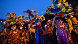 Peserta mengenakan kostum, topeng dan topi yang dikenal sebagai '' Ttutturo '' turun ke jalan saat mengikuti karnaval di desa Pyrenees Leitza, Spanyol (30/1). Bulu yang ada pada Ttutturo ini menyimbolkan tanah. (AP Photo / Alvaro Barrientos)