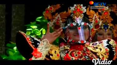 Masker unik dan nyaman dikreasikan dengan berbagai sentuhan ornamen, namun tetap sesuai dengan protokol kesehatan. Seperti yang ditampilkan dalam Parade Masker Unik di Jember, Jawa Timur, Minggu siang.