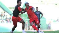 Nurdiansyah (kiri) dan Kushedya Hari Yudo ingin mewarisi nomor punggung dua pemain asing Arema FC musim lalu. (Bola.com/Iwan Setiawan)