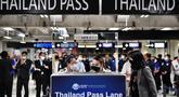 Staf terlihat di jalur masuk baru di Bandara Internasional Suvarnabhumi saat berlatih prosedur untuk pembukaan kembali Thailand, di Bangkok, Rabu (27/10/2021). Mulai 1 November, Thailand akan mulai dibuka kembali tanpa persyaratan karantina untuk yang divaksinasi penuh. (Lillian SUWANRUMPHA/AFP)