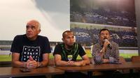 Manajer Persib, Umuh Muchtar (kanan), bersama Mario Gomez (pelatih Persib), dan Supardi Nasir. (Bola.com/Erwin Snaz)