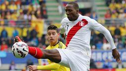 Bek Peru, Luis Advincula mengontrol bola dari kejaran James Rodriguez di pertandingan Copa Amerika 2015 di Stadion Municipal Bicentenario, Chili, (22/6/ 2015). Peru bermain imbang 0-0 atas Kolombia. (REUTERS/Henry Romero)