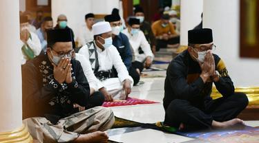 Potret Kebersamaan Ridwan Kamil dan Anies Baswedan di Masjid Agung Sumedang