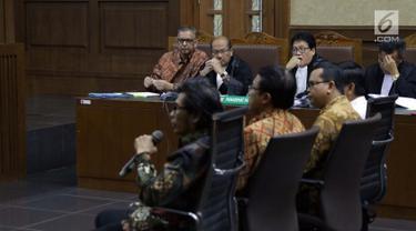Terdakwa kasus dugaan suap proyek PLTU Riau-1 yang juga mantan Dirut PLN, Sofyan Basir (kiri) menyimak keterangan saksi saat menjalani sidang lanjutan di Pengadilan Tipikor, Jakarta, Senin (15/7/2019). Sidang beragendakan mendengar keterangan saksi-saksi. (Liputan6.com/Helmi Fithriansyah)