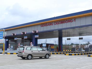 Kendaraan melintas masuk gerbang tol Cigombong I di Cigombong, Kab Bogor, Jawa Barat, usai diresmikan, Sabtu (1/12). Ruas panjang tol Ciawi-Sukabumi Seksi I Ciawi-Cigombongsejauh 15,3 kilometer. (Liputan6.com/Helmi Fithriansyah)