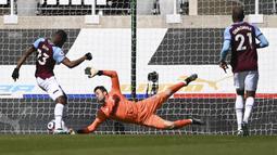 Bek West Ham United, Issa Diop (kiri) mencetak gol bunuh diri saat menghadapi Newcastle United dalam laga lanjutan Liga Inggris 2020/2021 pekan ke-32 di St James' Park, Newcastle, Sabtu (17/4/2021). West Ham kalah 2-3 dari Newcastle United. (AP/Stu Forster/Pool)