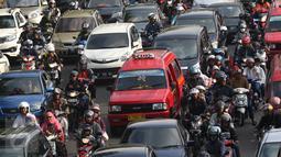 Kendaraan terjebak kemacetan di kawasan Tanjung Barat, Jakarta, (6/7). Meskipun masih suasana libur lebaran, Sejumlah ruas jalan di Jakarta tetap macet. (Liputan6.com/Immanuel Antonius)
