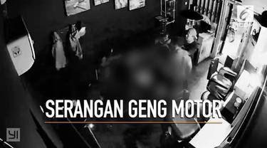 Rekaman CCTV memerlihatkan sekelompok geng motor menyerang sebuah barbershop di Depok.
