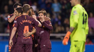 Pemain Barcelona Lionel Messi merayakan golnya bersama rekan setimnya saat melawan Deportivo dalam pertandingan La Liga Spanyol di stadion Riazor, Spanyol (29/4). Barcelona menang 4-2 atas Deportivo La Coruna. (AP/Lalo R. Villar)