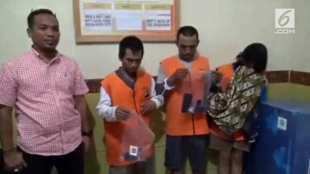 Sepasang suami istri ditangkap polisi beberapa hari setelah pernikahan mereka lantaran tertangkap tangan sedang mengedarkan narkoba.
