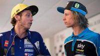Pebalap VR46 Rider Academy, Nicolo Bulega (kanan), menyebut Valentino Rossi sebagai sosok yang unik dan punya etos kerja yang luar biasa. (Bola.com/Twitter/TuttoMotoriWeb)