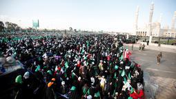 Ribuan wanita yang mendukung gerakan Houthi ikut dalam peringatan hari kelahiran Nabi Muhammad di Sanaa, Yaman (11/12). Mereka meneriakkan Labbayka Ya Rasulullah sambil membawa bendera-bendera hijau bertuliskan slogan yang sama. (Reuters/Khaled Abdullah)
