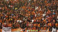 Jakmania membaur dengan Pasoepati di tribun Stadion Manahan, Solo. Pemandangan yang menyejukkan hati. (Bola.com/Nicklas Hanoatubun)