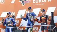 Pembalap Suzuki, Joan Mir, melakukan selebrasi di atas podium usai menjuarai balapan MotoGP Eropa di Sirkuit Ricardo Tormo, Valencia, Minggu (8/11/2020). Joan Mir finis pertama dengan catatan waktu 41 menit 37,297 detik. (AP/Alberto Saiz)