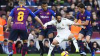 Gelandang Real Madrid, Isco, berusaha melewati kepungan pemain Barcelona pada laga La Liga Spanyol di Stadion Camp Nou, Barcelona, Minggu (28/10). Barcelona menang 5-1 atas Madrid. (AFP/Gabriel Bouys)