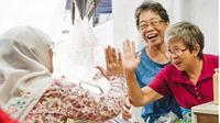 """Halimah Yacob menyapa dan tos kepada dua nenek usai menikmati sarapan roti Bukit Batok Timur, Singapura (30/8). Sejumlah warga berteriak memanggil nama """"Halimah! Lama tidak berjumpa!"""" (instagram.com/halimahyacob)"""