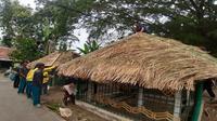 Pemasangan atap yang terbuat dari jerami atau alang-alang di situs Lumpang Alu Kasultanan Kanoman saat kegiatan Memayu bagian dari awalan menyambut Peringatan Maulid Nabi. Foto (Liputan6.com / Panji Prayitno)