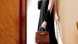 Sejak memutuskan untuk berhijab, Olla Ramlan kerap tampil elegan dengan mengenakan hijab. Setiap gaya penampilannya pun jadi trendsetter bagi para hijabers. (Liputan6.com/IG/ollaramlanaufar)