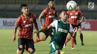 Gelandang Persebaya Surabaya, Irfan Jaya, mengejar bola saat menghadapi Perseru Serui pada laga Piala Presiden 2019 di Stadion Si Jalak Harupat, Bandung, Sabtu (2/3). Persebaya menang 3-2 atas Perseru. (Bola.com/Yoppy Renato)