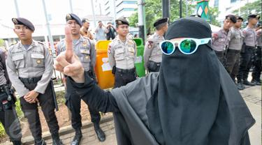 Demonstran perempuan melakukan aksi damai di depan petugas Kepolisian yang berjaga di depan Balai Kota, Jakarta, Jumat (4/11). Ratusan ribu massa aksi damai melakukan aksi menuntut penegakan hukum kasus dugaan penistaan agama. (Liputan6.com/Yoppy Renato)