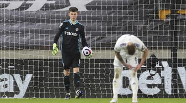 Kiper Leeds United, Illan Meslier (kiri) tampak kecewa usai membuat gol bunuh diri melawan Wolverhampton Wanderers dalam laga Lanjutan Liga Inggris 2020/21 pekan ke-25 di Molineux Stadium, Jumat (19/2/2021). Leeds kalah 0-1 dari Wolverhampton. (AP/Catherine Ivill/Pool)