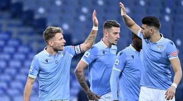 Skuat Lazio musim 2020/2021 ini didominasi oleh para legiun asing dari luar Italia yang membawa Lazio lolos hingga babak 16 besar Liga Champions sebelum disingkirkan Bayern Munich. Hanya ada 5 pemain asli Italia dalam skuat asuhan Simone Inzaghi. Siapa saja mereka? (AFP/Alberto Pizzoli)