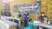 Juru Bicara PGE Area Karaha Asmaul Husna memberikan materi mengenai CSR perusahaan termasuk soal kegiatan budidaya kipi Arabika Sukahurip, di kaki gunung Talaga Bodas, Kecamatan Pangatikan, Garut, Jawa Barat. (Liputan6.com/Jayadi Supriadin)