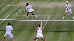 Pasangan ganda campuran Serena Williams/Andy Murray (atas) bermain menghadapi Bruno Soares/Nicole Melichar pada laga 16 besar Wimbledon 2019 di London, Inggris, Rabu (10/7/2019). Serena Williams/Andy Murray gagal melaju ke babak perempat final. (AP Photo/Kirsty Wigglesworth)