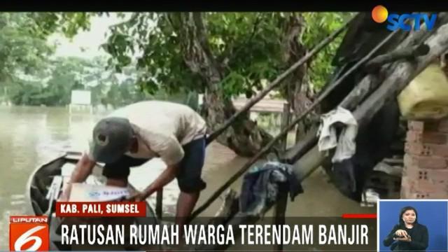 Pemerintah setempat pun langsung bertindak dengan cara membagikan sejumlah bantuan berupa sembako kepada warga korban banjir.