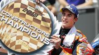 Pembalap Repsol Honda Marc Marquez memegang trofi juara konstruktor usai memenangkan MotoGP Malaysia di Sirkuit Sepang, 4 November 2018. (AP / Vincent Thian)